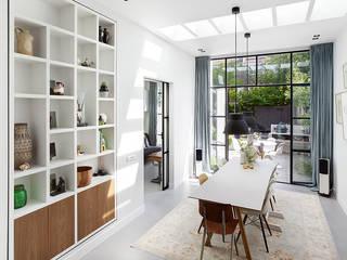Lichte luxe woning grenzend aan de tuin Moderne eetkamers van BNLA architecten Modern
