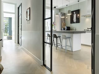Lichte luxe woning grenzend aan de tuin Moderne gangen, hallen & trappenhuizen van BNLA architecten Modern