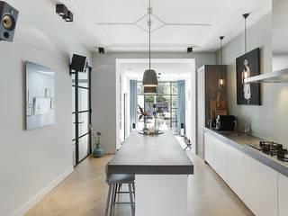 Lichte luxe woning grenzend aan de tuin Moderne keukens van BNLA architecten Modern