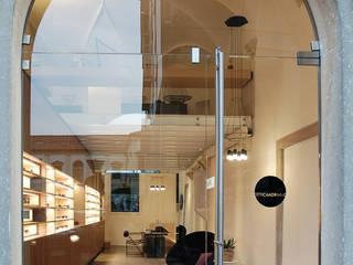 023 - Ottica Adriano: Negozi & Locali commerciali in stile  di depaolidefranceschibaldan architetti