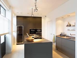 Verbouwing monumentaal stadsappartement Amsterdam Moderne keukens van BNLA architecten Modern