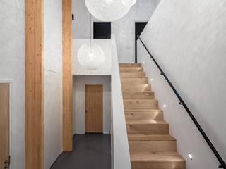 現代風玄關、走廊與階梯 根據 BNLA architecten 現代風