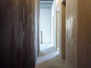 006 - casa BB, restauro in centro storico: Ingresso & Corridoio in stile  di depaolidefranceschibaldan architetti