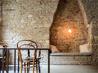 006 - casa BB, restauro in centro storico: Soggiorno in stile  di depaolidefranceschibaldan architetti