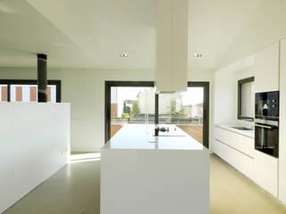 casa PG Cocinas de estilo moderno de Claudina Relat, arquitectura Moderno
