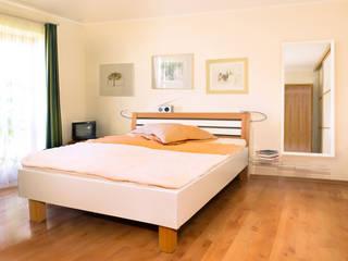 Großzügiges Bett mit gewölbten Bettkopfteil:   von urbana möbel
