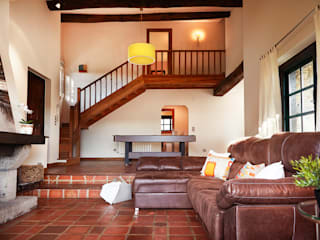 Living room by MORANDO INMOBILIARIA ,