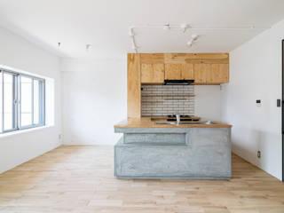 木とモノトーンの調和した家 オリジナルデザインの キッチン の 株式会社エキップ オリジナル