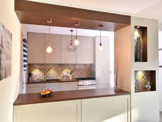 Rénovation de cuisine à Irigny par Tiffany Fayolle, Architecte d'intérieur et décorateur à Lyon: Cuisine intégrée de style  par Tiffany FAYOLLE