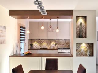 Une cuisine équipée à Irigny par Tiffany Fayolle, Architecte d'intérieur et décorateur à Lyon. : Cuisine intégrée de style  par Tiffany FAYOLLE