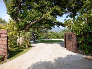 門からロータリー: 榎本弘之建築研究所が手掛けた廊下 & 玄関です。