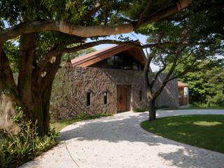 ゲートから: 榎本弘之建築研究所が手掛けた家です。