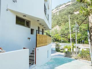 Pasillos, vestíbulos y escaleras modernos de AAPA건축사사무소 Moderno
