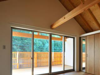 主寝室: ARCHI-FACTORY architects officeが手掛けた寝室です。
