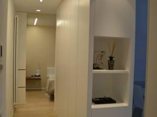 CM's house Ingresso, Corridoio & Scale in stile minimalista di Gualtiero Del Zompo dzarch Minimalista