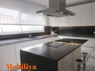 Nuestros proyectos: Cocinas equipadas de estilo  por Muebles y proyectos Mobiliya