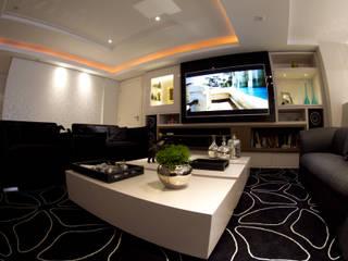Living Black & White: Salas multimídia  por MKummel Arquitetura,Moderno