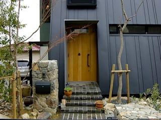 一級建築士事務所アールタイプ Porte d'ingresso Legno Effetto legno