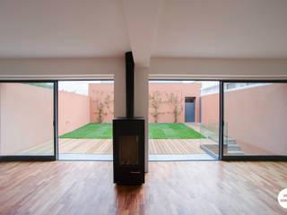 现代客厅設計點子、靈感 & 圖片 根據 Matos + Guimarães Arquitectos 現代風