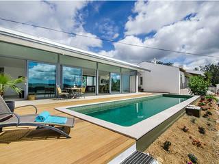 Casa MalhÃO: Piscinas de jardim  por CORE Architects,Moderno