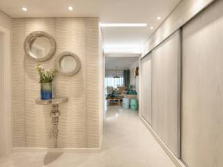Renovação Apartamento Férias Salgados: Corredores e halls de entrada  por CORE Architects,Moderno
