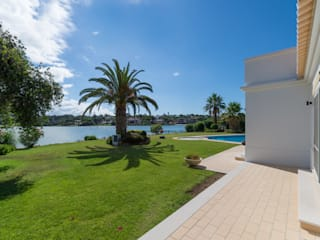 Renovação Quinta do Lago: Moradias  por CORE Architects,Clássico