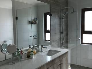 Casa El Golf: Baños de estilo moderno por AtelierStudio