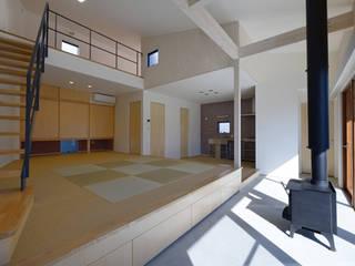 サーファーの家: 株式会社ワイズデザイン一級建築士事務所が手掛けたリビングです。