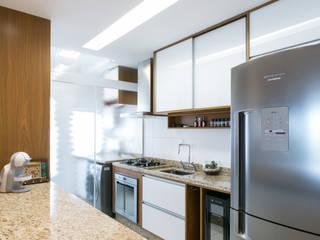Armários e bancadas de cozinha  por homify , Moderno