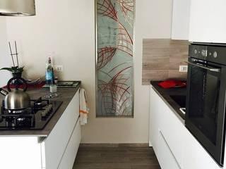 Cucina moderna con penisola di cARTE di Andrea Giannozzi Moderno