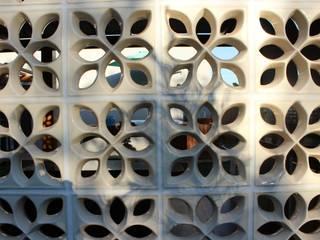 Hiên, sân thượng phong cách mộc mạc bởi Arquiteta Bianca Monteiro Mộc mạc gốm sứ