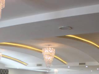 PLAFONES CON LUZ LED INDIRECTA: Salas de estilo minimalista por POLIGONO 93 ARQUITECTOS SA DE CV