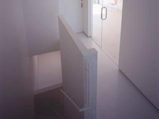 スピンオフ モダンスタイルの 玄関&廊下&階段 の Smart Running一級建築士事務所 モダン