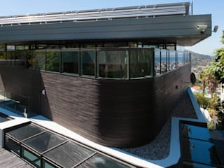 Rear facade facing table mountain: modern Houses by sisco architects