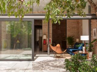 La terraza con el salón: Terrazas de estilo  de Rardo - Architects