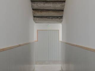 Casa dos Pátios Corredores, halls e escadas minimalistas por Pedro Ferreira Architecture Studio Lda Minimalista