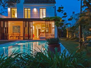Vista de la noche - Sitges: Villas de estilo  de Rardo - Architects