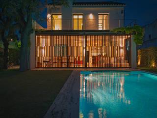 El jardin y la piscina - Sitges: Villas de estilo  de Rardo - Architects