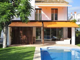 El jardín y la piscina - vista del día: Villas de estilo  de Rardo - Architects