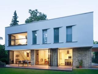 Gartenansicht:  Villa von Sieckmann Walther Architekten