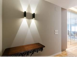 Reforma en el Ensanche de Pamplona Pasillos, vestíbulos y escaleras de estilo moderno de TALLER VERTICAL Arquitectura + Interiorismo Moderno