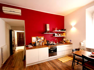 Ristrutturazione appartamento MBquadro Architetti Cucina attrezzata Legno Rosso