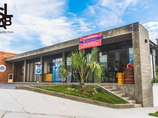 Fachada: Centros Comerciales de estilo  por Slab Arquitectos