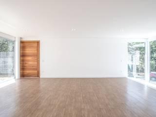 03 Salas de estar minimalistas por ROMÃO PONTES ARQUITETURA LTDA Minimalista