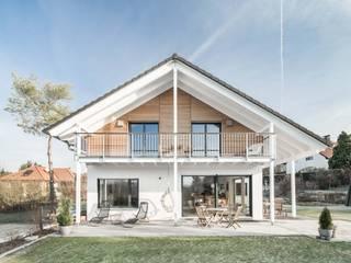 Casas de estilo ecléctico de wir leben haus - Bauunternehmen in Bayern Ecléctico