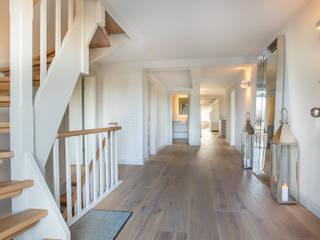 Pasillos y vestíbulos de estilo  de Home Staging Sylt GmbH, Rural