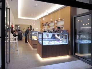 Il Café sui portici: Bar & Club in stile  di melle-metzen architects