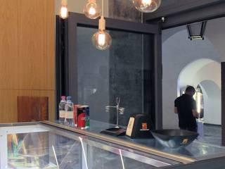 Sotto i portici medioevali Bar & Club moderni di melle-metzen architects Moderno