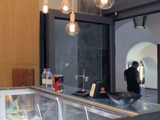 Facciata piegata: Bar & Club in stile  di melle-metzen architects