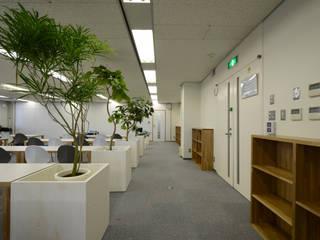 NISSIN SYSTEMS Collaboration Salon CoCoNa -心結- 関口太樹+知子建築設計事務所 オフィスビル 銀/金 白色